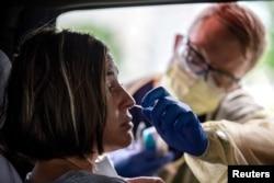 지난 6월 미국 텍사스주 오스틴에서 시민이 차량이동식(드라이브 드루)으로 신종 코로나바이러스 감염증(COVID-19) 검사를 받고 있다.