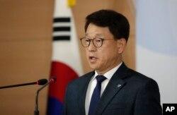 지난 10일 여상기 통일부 대변인은 대북전단 살포 활동을 해온 탈북민 단체 두 곳을 남북교류협력법 위반으로 고발하고 단체들에 대한 정부의 법인 설립 허가를 취소하기로 했다고 밝혔다.