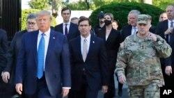 Më 1 qershor 2020, ish-Presidenti Donald Trump del nga Shtëpia e Bardhë drejt Kishës të Shën Gjonit (ndër shoqëruesit dallohet edhe Gjenerali Milley)