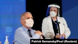 Chuyên gia về bệnh truyền nhiễm Anthony Fauci chuẩn bị được tiêm vaccine.