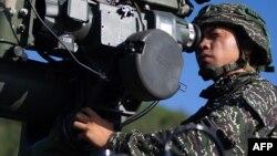 这张最近由台湾国防部发布的未注明日期的照片显示,一名士兵在台湾南部屏东县的演习中操作美国制造的TOW-2A反装甲导弹系统。(于2020年6月5日)