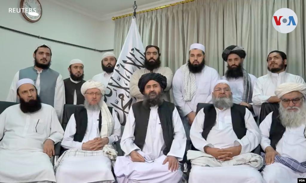 Mullah Baradar Akhund, un alto funcionario de los talibanes, sentado con un grupo de hombres, hace una declaración en video.