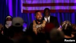 На фото: репер Каньє Вести під час зустрічі із виборцями у штаті Північна Кароліна у липні