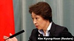 La ministre japonaise des Jeux olympiques et paralympiques, Seiko Hashimoto, participe à une conférence de presse à Tokyo, au Japon, le 16 septembre 2020.