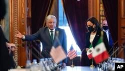 Wakil Presiden Kamala Harris dan Presiden Meksiko Andres Manuel Lopez Obrador tiba untuk pertemuan bilateral di Istana Nasional, di Mexico City, Selasa, 8 Juni 2021.
