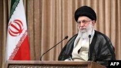 រូបឯកសារ៖ មេដឹកនាំកំពូលអ៊ីរ៉ង់ លោក Ayatollah Ali Khamenei ថ្លែងសុន្ទរកថាផ្សាយតាមទូរទស្សន៍កាលពីថ្ងៃទី២ ខែឧសភា ឆ្នាំ២០២១។