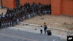 Policías y soldados guatemaltecos bloquean el paso a la caravana de migrantes hondureños en Vado Hondo, Guatemala, el 17 de enero de 2021.