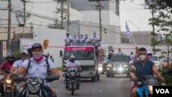 Caravanas de vehículos recorren las calles en Bolivia en plena campaña electoral.