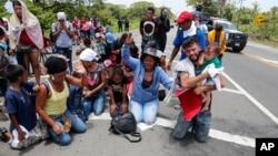 Para migran yang melintasi perbatasan Guatemala-Meksiko memohon petugas imigrasi Meksiko untuk tidak menangkap mereka (foto: ilustrasi).