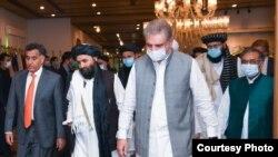 Kepala Urusan Politik Taliban Mullah Abdul Ghani Baradar (tengah), bersama Menteri Luar Negeri Pakistan Shah Mehmood Qureshi (kanan) dan Kepala Badan Intelijen Pakistan (ISI) Letjen Faiz Hameed (kiri) di Islamabad, 25 Agustus 2020. (Foto: Kemenlu Pakistan)