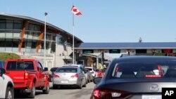 Lalu lintas kendaraan yang memasuki Kanada dari Amerika Serikat di Peace Arch Border Crossing, di Blaine, Washington, 9 Oktober 2019.