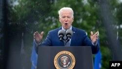 """美国总统拜登在佐治亚州德卢斯""""无限能源中心""""的汽车露天集会上讲话。(2021年4月29日)"""