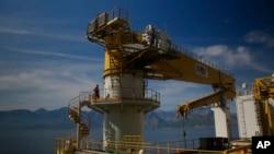 "Seorang pekerja berjalan di kapal pengeboran minyak milik Turki, ""Conquerer' di lepas pantai Antalya, selatan Turki, 30 Oktober 2018."