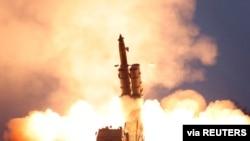 지난해 11월 북한이 차륜형 이동실 발시대(TEL)를 이용해 발사체를 발사하는 모습을 조선중앙통신이 보도했다.