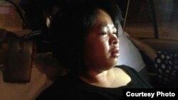 Bà Đỗ Thị Minh Hạnh bị nhiều người đàn ông đánh vào đầu và mặt khi bà đi bảo vệ quyền lợi cho các công nhân ở Đồng Nai.