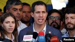 Thủ lĩnh đối lập Venezuelan Juan Guaido phát biểu với báo giới ở Caracas, Venezuela, 10/2/2019