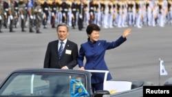 1일 서울공항에서 열린 건군 65주년 국군의 날 기념식에서 박근혜 한국 대통령(오른쪽)이 첨석자들을 향해 손을 흔들며 인사하고 있다.