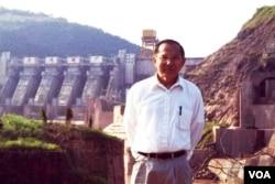 16 năm trước thời điểm tháng 9.2002, tác giả đứng bên chân con đập Mạn Loan / Manwan 1,500 MW, con đập lịch sử, con đập dòng chính / mainstream dam đầu tiên trên thượng nguồn Sông Lancang-Mekong Vân Nam, Trung Quốc. [tư liệu Ngô Thế Vinh]