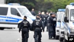 Des policiers allemands marchent dans la rue à Dortmund, Allemagne, le 12 avril 2017.