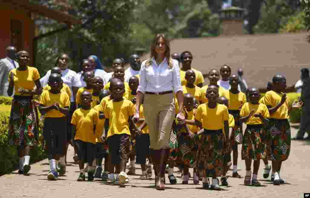 ملانیا ترمپ، بانوی نخست ایالات متحده، حین بازدید از یک پروشگاه در کینیا