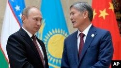 Qirg'iziston Prezidenti Almazbek Atambayev (o'ngda) Rossiya rahbari Vladimir Putin bilan, Bishkek, Qirg'iziston, 13-sentabr, 2013-yil.
