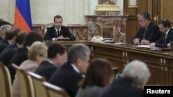 드미트리 메드베데프 러시아 총리(가운데)가 26일 모스크바에서 각료회의를 주재하고 있다.