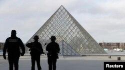 ပါရီ Louvre ျပတိုက္မွာ အၾကမ္းဖက္တိုက္ခိုက္