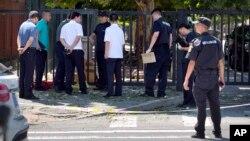 Cảnh sát và các nhà điều tra tại hiện trường vụ nổ hôm 26/7.