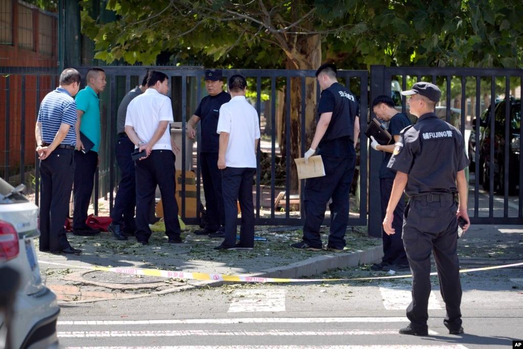 官員和保安人員2018年7月26日站在美國駐北京大使館南面的出事現場附近。 週四美國駐北京大使館外發生爆燃或爆炸。