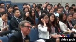 中國學生與美國外交官討論美中關係 (VOA 視頻截圖)