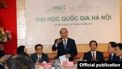 Thủ tướng Nguyễn Xuân Phúc thăm Đại học Quốc gia Hà Nội ngày 12/9/2017. (Ảnh chụp từ báo Tuổi Trẻ)