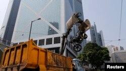 Cảnh sát dỡ bỏ lều trại của người biểu tình tại những con đường chính ở trung tâm Hồng Kông, ngày 14/10/2014.