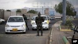 Polisi menghentikan mobil-mobil di sebuah pos penjagaan dekat Kedutaan Amerika di Sanaa, Yaman (6/8).