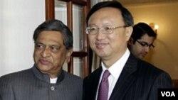 Menteri Luar Negeri S.M. Krishna, kiri, berjabatan tangan dengan Menteri Luar Negeri Tiongkok Yang Jiechi sebelum pertemuan yang membahas isu perbatasan di New Delhi (1 Maret 2012).
