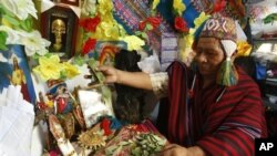 Seorang Shaman, Salomon Cancho, membaca daun-daun keramat setelah menebarkannya di atas meja dalam suatu ritual tahun Baru di Lima, Peru (Foto: dok). Semakin banyak warga New York tertarik pada praktik keyakinan penduduk asli Amerika ini.