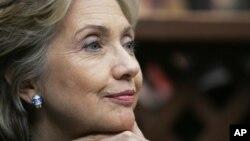 ທ່ານນາງ Hillary Clinton ລັດຖະມົນຕີກະຊວງການຕ່າງປະ ເທດຂອງສະຫະລັດ ທີ່ໄດ້ລົ້ມປ່ວຍ ບໍ່ສະບາຍ ລຸນຫລັງທີ່ເປັນລົມ ຢູ່ໃນເຮືອນຂອງ ທ່ານນາງເອງ (AP Photo/Elise Amendola)
