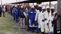 Các công nhân mỏ bạch kim Lonmin, Marikana đã trở lại làm việc sau 5 tuần đình công với thỏa thuận tăng lương lên 22%, 20.09.2012