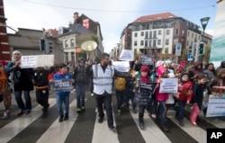 2016年4月17日组织者带领孩子们在布鲁塞尔举行反对仇恨游行。