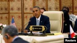 President Barack Obama memberikan rambutan di KTT ASEAN-AS di Naypyitaw, Myanmar (3/11).