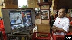 Người dân Indonesia theo dõi tin tức về cái chết của Osama bin Laden trên truyền hình ở Jakarta, ngày 2/5/2011