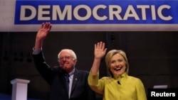 Demokrat Parti'nin iki başkan adayı, Bernie Sanders ve Hillary Clinton