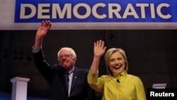 11일 열린 민주당 대통령 후보 6차 TV 토론회에 참석한 힐러리 클린턴 전 국무장관(오른쪽)과 버니 샌더스 연방 상원의원이 토론회에 앞서 손을 흔들고 있다.
