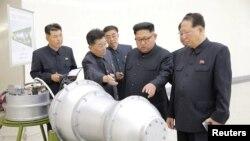 지난해 9월 김정은 북한 국무위원장이 '핵무기 병기화 사업'을 현지지도했다고 조선중앙통신이 보도했다. 뒤에 세워둔 안내판에 북한의 ICBM급 장거리 탄도미사일로 추정되는 '화성-14형'의 '핵탄두(수소탄)'이라고 적혀있다.