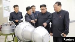 북한 김정은 국무위원장이 '핵무기 병기화 사업'을 현지지도했다고 조선중앙통신이 지난 3일 보도했다. 뒤에 세워둔 안내판에 북한의 ICBM급 장거리 탄도미사일로 추정되는 '화성-14형'의 '핵탄두(수소탄)'이라고 적혀있다.