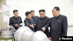 북한 김정은 노동당 위원장이 '핵무기 병기화 사업'을 현지지도했다고 조선중앙통신이 지난 3일 보도했다. 뒤에 세워둔 안내판에 북한의 ICBM급 장거리 탄도미사일로 추정되는 '화성-14형'의 '핵탄두(수소탄)'이라고 적혀있다.