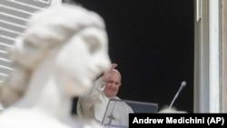 Papa Francisco da janela que dá para a Praça de São Pedro, Vaticano. 18 de Abril 2021