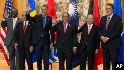 Tổng thống Mỹ Barack Obama chụp ảnh với các lãnh đạo từ những đảo quốc nhỏ nhất có nguy cơ bị những ảnh hưởng vì biến đổi khí hậu, tại Paris, ngày 12/1/2015.