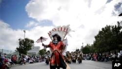 Un groupe de mimes de Philadelphie marche à Seaside Heights, NJ, le dimanche 13 octobre 2013. (AP Photo / Mel Evans)