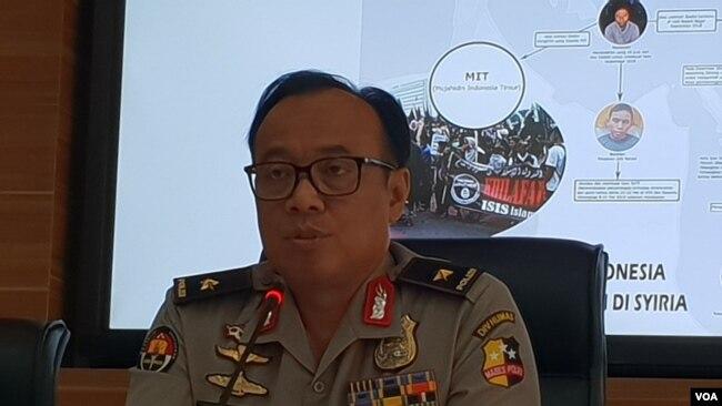 Kepala Biro Penerangan Umum Polri, Brigjen Dedi Prasetyo memberikan keterangan soal pelaku bom bunuh diri di gereja Filipina di kantornya, Selasa 23/7. (VOA/Fathiyah)