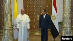 Paus Fransiskus (kiri) bersama Presiden Mesir Abdel Fattah al-Sisi di Istana Presiden Mesir Ittihadiya, Kairo, Mesir, 28 April 2017. (REUTERS//Egypt TV via REUTERS TV).